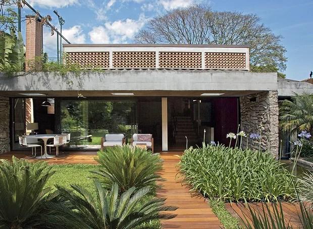 Para tornar mais arejada e iluminada a casa de 325 m², em São Paulo, a arquiteta Flavia Petrossi criou janelas e aberturas estratégicas na reforma - mas conservou a essência modernista do projeto original (Foto: Luis Gomes / Casa e Jardim)