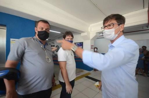 Delegado Leocádio, candidato a prefeito de Natal pelo PSL, tentou tomar celular de repórter da Tribuna do Norte — Foto: Magnus Nascimento/Tribuna do Norte/Cedida