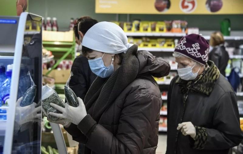 13 de maio: clientes usam máscaras contra a Covid-19 em um supermercado em Moscou, na Rússia. — Foto: Alexander Nemenov/AFP