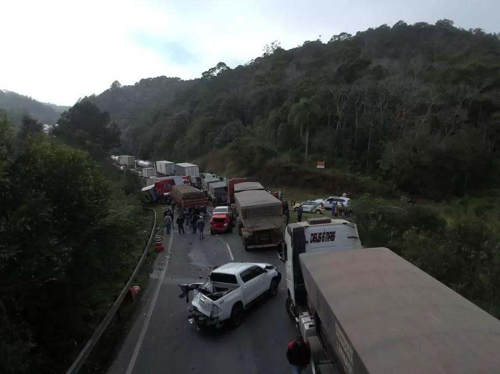 Dez veículos se envolveram no engavetamento na BR-376, em Tijucas do Sul — Foto: PRF/Divulgação