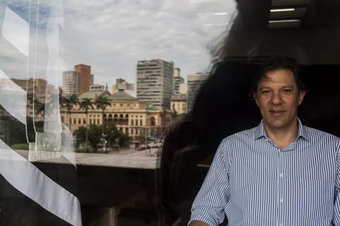 O ex-prefeito de São Paulo Fernando Haddad, posa para foto na sede da Prefeitura (Foto: Victor Moriyama/G1)