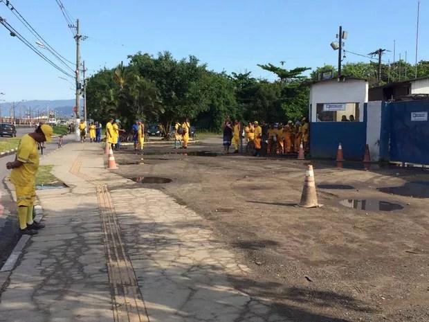 Funcionários ficaram parados no pátio da empresa, em Guarujá (Foto: Solange Freitas/G1)