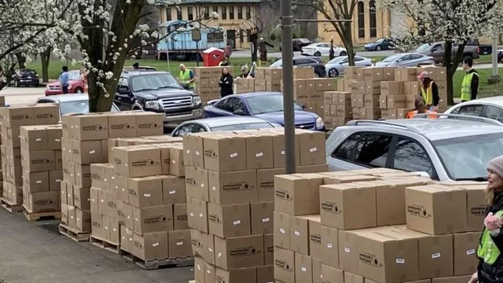 Muitos bancos de alimentos estão recorrendo à distribuição de comida em sistema de 'drive-thru', nos quais voluntários colocam uma caixa com mantimentos diretamente no porta-malas do carro — Foto: GREATER PITTSBURGH COMMUNITY FOOD BANK via BBC