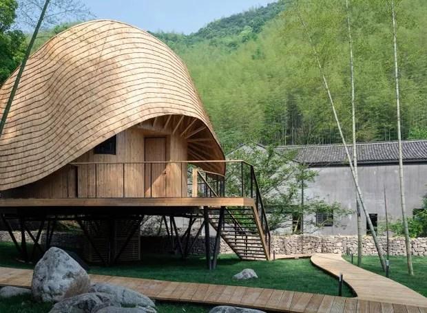 Elevada por colunas de aço, os arquitetos a apelidaram de casa na árvore (Foto: Chen Hao/ Reprodução)