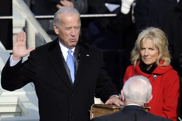 Joe Biden é empossado como vice-presidente dos Estados Unidos ao lado de sua esposa Jill Biden durante as cerimônias de posse no Capitólio dos Estados Unidos em Washington, em 20 de janeiro de 2009 — Foto: Timothy A. Clary/AFP