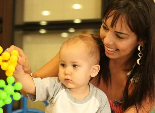 Aline Wega e o filho Igor, com apenas alguns meses de vida (Foto: Aline Wega/ Arquivo Pessoal )