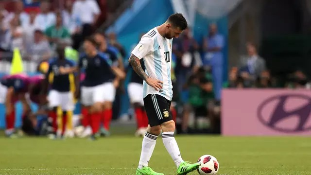 Messi cabisbaixo após gol da França contra a Argentina em Kazan