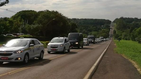 Em Foz do Iguaçu, o grupo se reuniu na BR-469, no acesso ao Parque Nacional do Iguaçu, e depois seguiu em carreata pela rodovia (Foto: Giovani Zanardi/RPC)