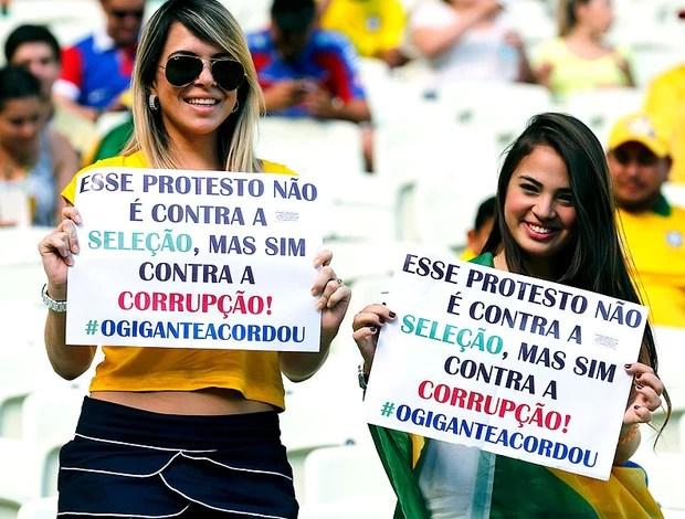 torcida Brasil Castelão jogo protesto (Foto: Reuters)