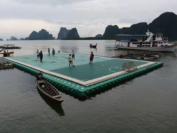 Moradores construíram a quadra porque não tinham lugar para jogar devido à falta de locais planos na cidade (Foto: Christophe Archambault/AFP)
