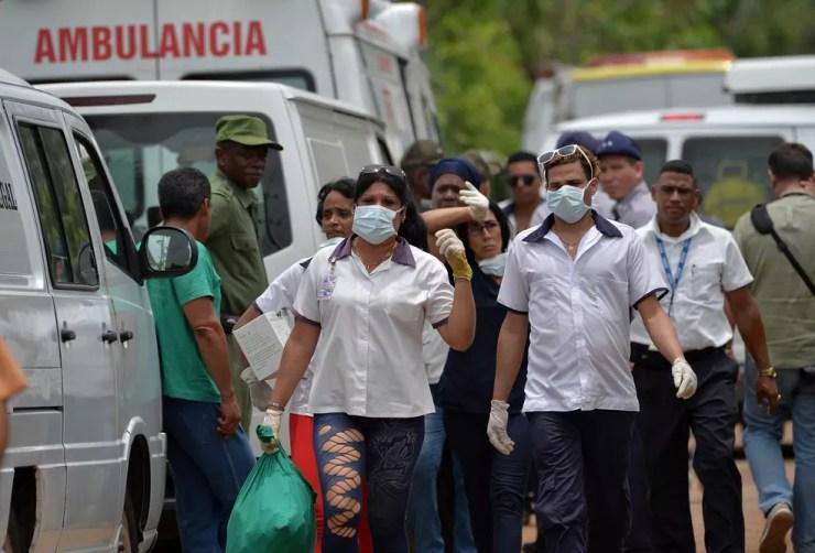 Equipes de resgate trabalham no local onde um avião com 113 pessoas a bordo caiu logo após decolagem em Havana, Cuba (Foto: Adalberto Roque/AFP)