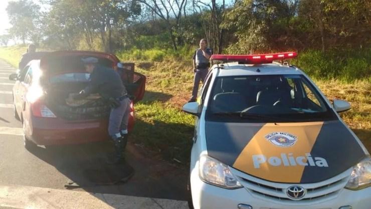 Carro estava abandonado em rodovia (Foto: Divulgação/Polícia Rodoviária)
