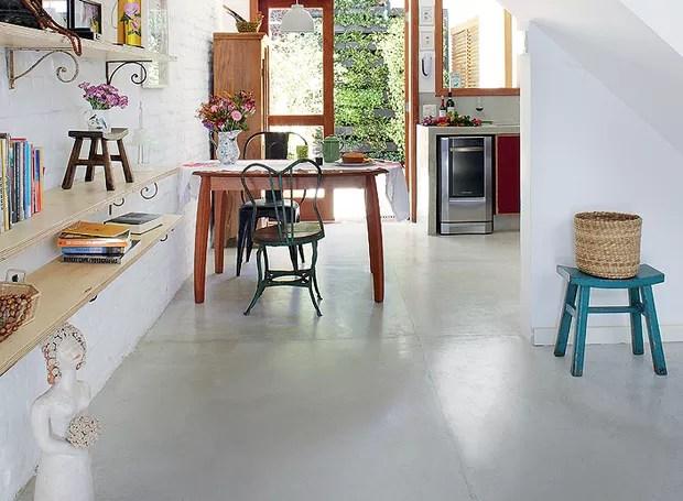 Quem entra na casa vê sala e cozinha unidas pelo cimento queimado. O piso foi escolhido depois que os ambientes foram integrados. Projeto dos arquitetos Daniela Ruiz e Carlos Verna (Foto: Victor Affaro/Casa e Jardim)