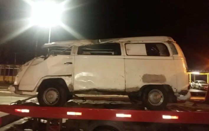 Kombi foi retirada do local do acidente com a ajuda de um caminhão-guincho (Foto: Divulgação/PRF)