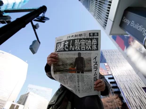 Homem lê edição extra de jornal japonês lançado após a divulgação do vídeo com a decapitação de Kenji Goto (Foto: Toru Hanai/Reuters)