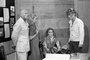 Otto (Jardel Filho), Lia (Arlete Salles), Baby (Cláudio Cavalcanti) e Valter (Dary Reis) em O Homem Que Deve Morrer