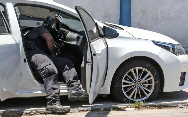 Perito analisa carro em que estava a deputada estadual Martha Rocha — Foto: Fábio Motta/Estadão Conteúdo