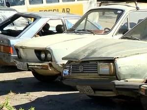 Carros abandonados nas ruas de São João del Rei (Foto: Reprodução/TV Integração)