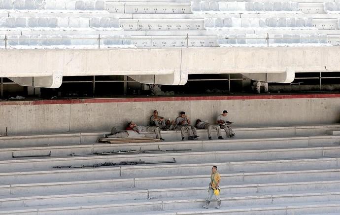 operários obra Arena da Baixada atraso Copa do Mundo (Foto: Getty Images)