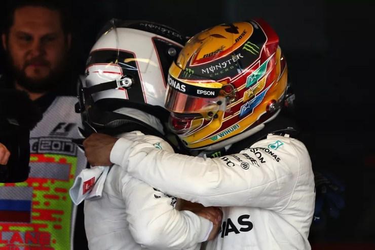 Hamilton cumprimenta o companheiro de equipe pela vitória (Foto: Getty Images)