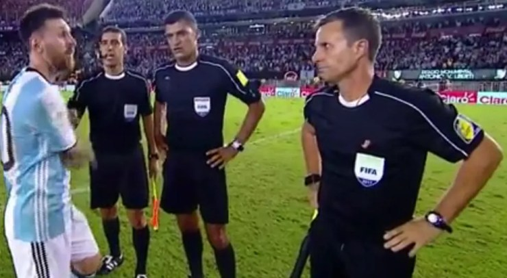 Messi cumprimentou Sandro Meira Ricci e Emerson Carvalho após o jogo, mas ignorou van Gasse (Foto: Reprodução/Youtube)