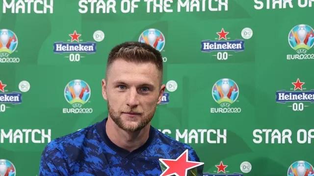 Skriniar recebe o prêmio de melhor em campo na vitória da Eslováquia sobre a Polônia