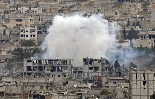 Fumaça é vista na cidade de Kobane durante combates neste domingo (23) (Foto: Osman Orsal/Reuters)