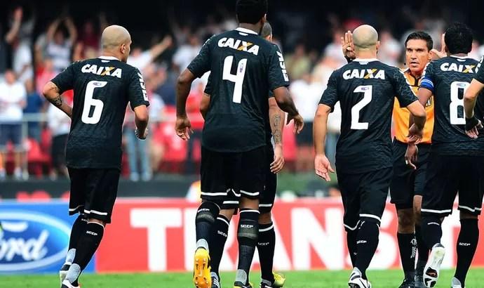 reclamação juiz jogo São Paulo Corinthians (Foto: Marcos Ribolli / Globoesporte.com)