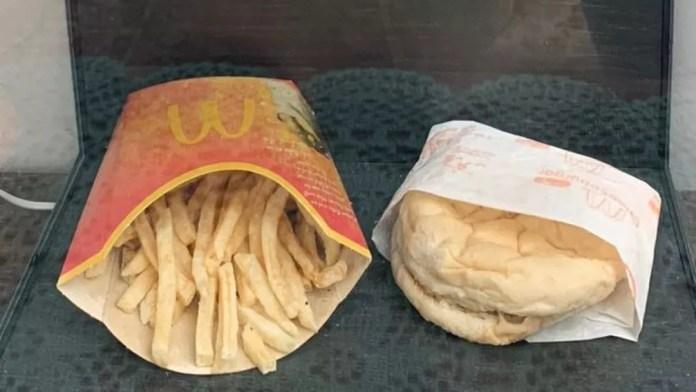 Hjortur Smarason comprou um lanche do McDonald's em 2009, para ver quanto tempo ele levaria para se decompor — Foto: Angelika Osiewalska/AFP