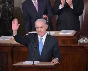 O primeiro-ministro de Israel, Benjamin Netanyahu, acena ao chegar ao Congresso dos EUA para realizar um discurso nesta terça-feira (3) (Foto: Mandel Ngan/AFP)