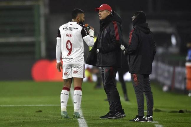 Renato Gaúcho conversa com Gabigol em Defensa y Justicia x Flamengo, pela Libertadores — Foto: Gustavo Garello-Pool/Getty Images