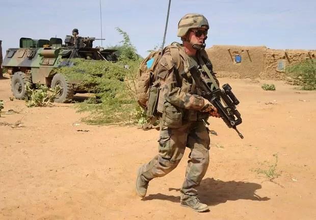 Soldados franceses patrulham região próxima a Gao, no norte da República do Mali, onde um suicida se explodiu neste domingo (10) (Foto: AFP)
