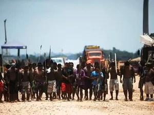 Dezenas de índios bloqueiam obras da hidrelétrica de Belo Monte, em protesto contra o que eles chamam de violação de seus direitos, em Vitória do Xingu perto de Altamira. (Foto: Lunae Parracho /Reuters)