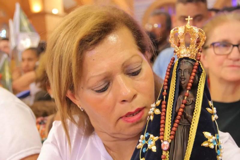 Mulher com imagem de Nossa Senhora Aparecida