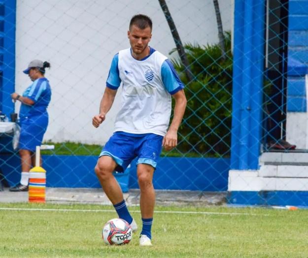 Gabriel Tonini disputa posição no meio-campo  — Foto: Augusto Oliveira/ASCOM CSA
