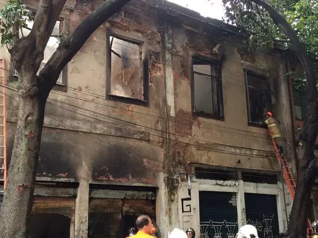 Prédio ficou destruído pelo fogo (Foto: Henrique Coelho/ G1)