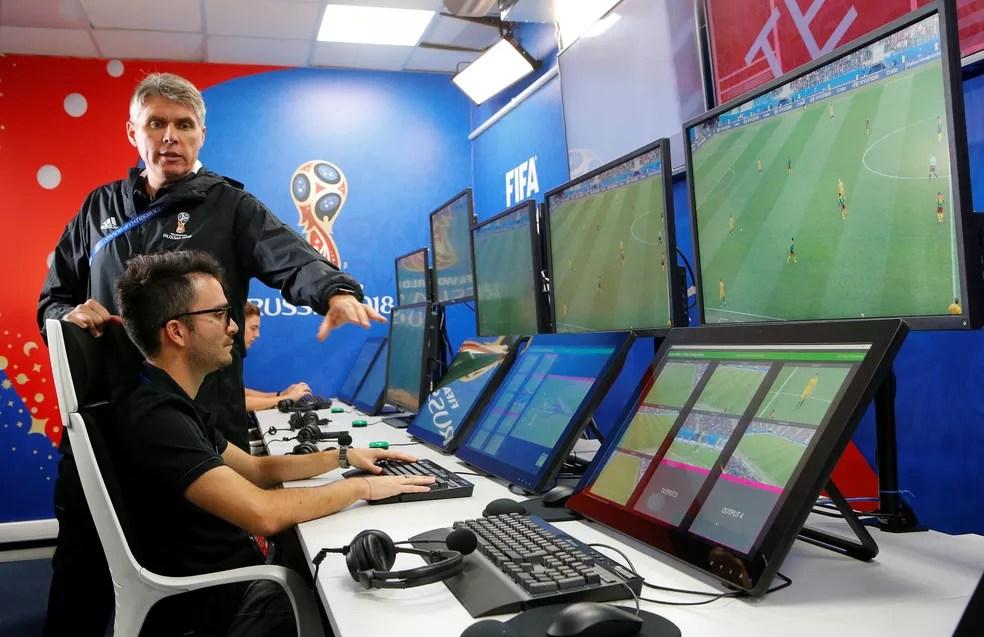 Árbitros de vídeo passarão a ter papel importante nas partidas (Foto: Reuters)