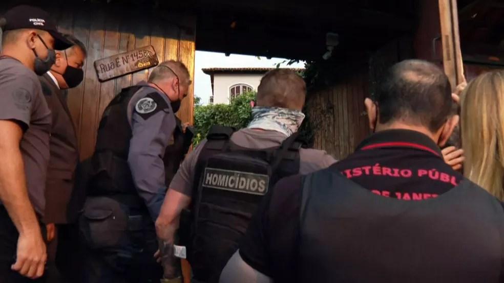 Policiais chegam para cumprir mandado na casa onde o pastor Anderson foi morto — Foto: Reprodução/TV Globo