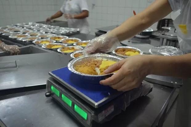 Detentos comeram frango frito nesta sexta-feiira (Foto: Jonatas Boni/G1)