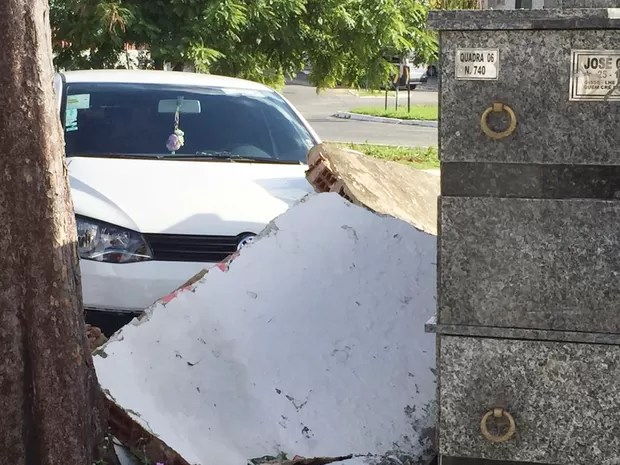 Carro ficou a uma pequena distância de destruir o túmulo no cemitério Santa Catarina (Foto: Walter Paparazzo/G1)