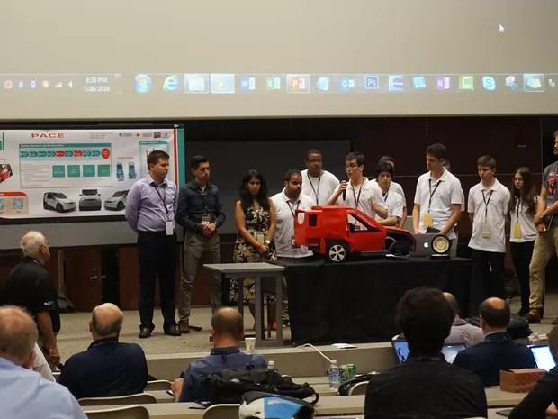 Alunos da USP apresentam veículo compacto que pode ser compartilhado (Foto: Divulgação)