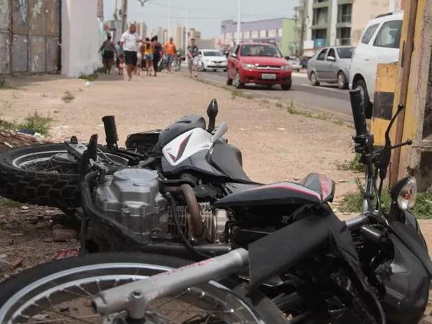 A moto, modelo Honda Bros, de placa OXV-1640, parou a 100 metros, após colidir com outro poste.  (Foto: Flora Dolores / O Estado)
