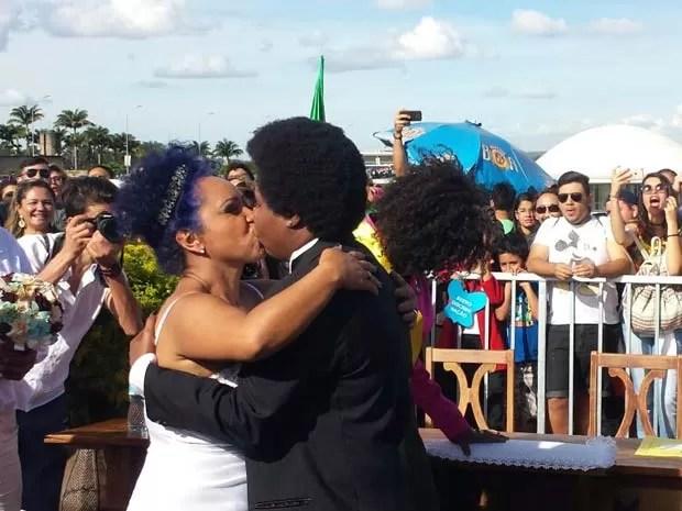 Ana Flávia Teixeira e Mariléia da Rocha se beijam após o casamento (Foto: Isabella Formiga/G1)