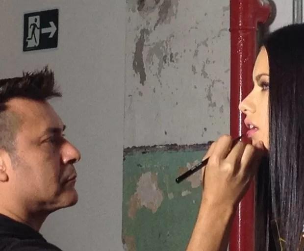 Adriana Lima e Silvio Giorgio em clique dos bastidores (Foto: Vogue Brasil) (Foto:    )