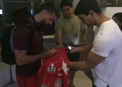 Lucas Pratto, do São Paulo, autografa camisa de torcedor em Salvador (Foto: Marcelo Hazan)