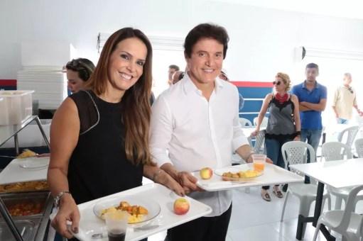 Julianne Faria, primeira-dama do RN, ao lado do marido, governador Robinson Faria, durante inauguração de restaurante popular (Foto: Demis Roussos/Governo do RN)