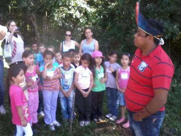 Passeio por trecho de mata foi uma das atrações durante a visita dos estudantes à aldeia. (Foto: Giliardy Freitas / TV TEM)