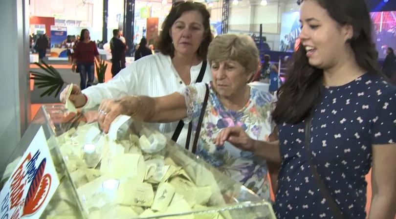 """""""Feirão"""" de desconto de viagens em shopping de Campinas (SP) oferece sorteio para participantes — Foto: Vanderlei Duarte/Reprodução EPTV"""