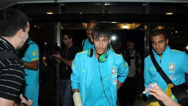 Neymar desembarca com a Seleção no Recife (Foto: Altemar Costa / Globoesporte.com)