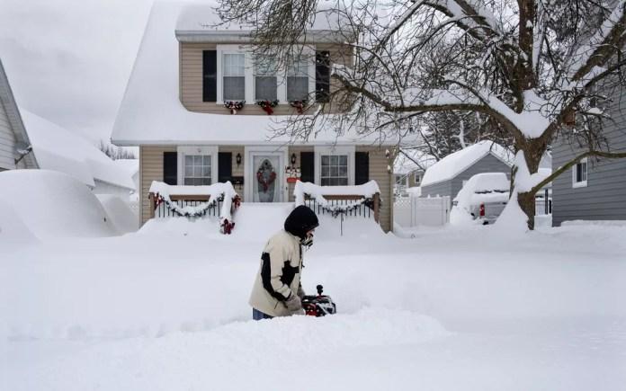 Homem remove neve em frente de casa em Binghamton, NY, na quinta-feira (17) — Foto: AP Photo/Craig Ruttle